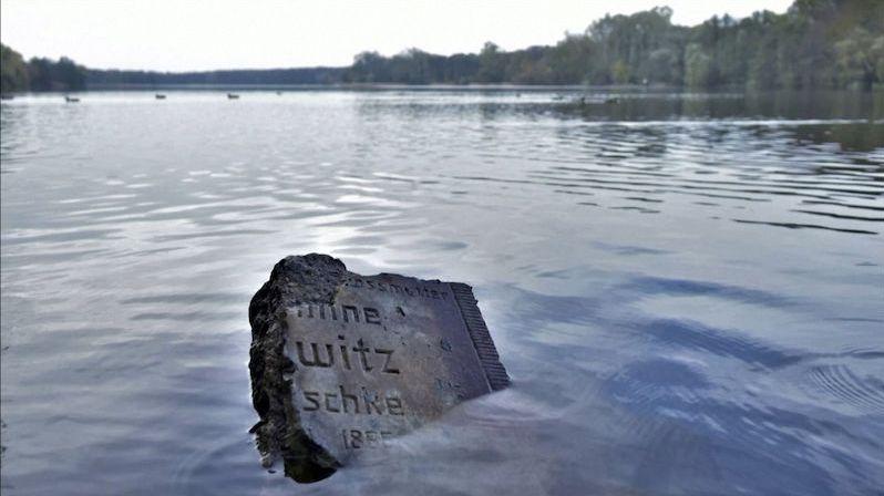 Jezero v Poznani odkrylo tisíce židovských náhrobků. Město je chce restaurovat
