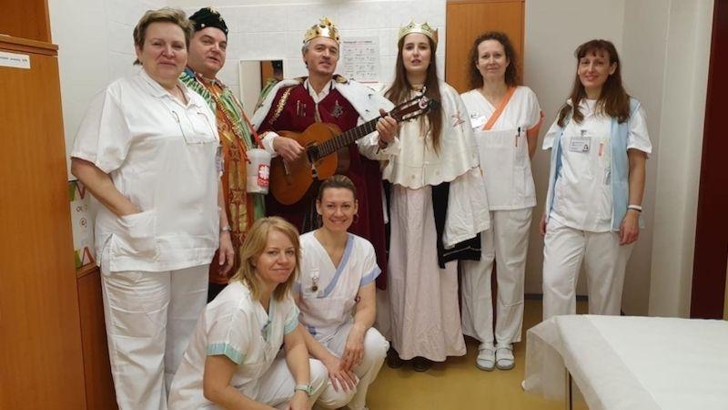 Tři králové přinesli novoroční přání ipovzbuzení nemocným vNemocnici Prostějov