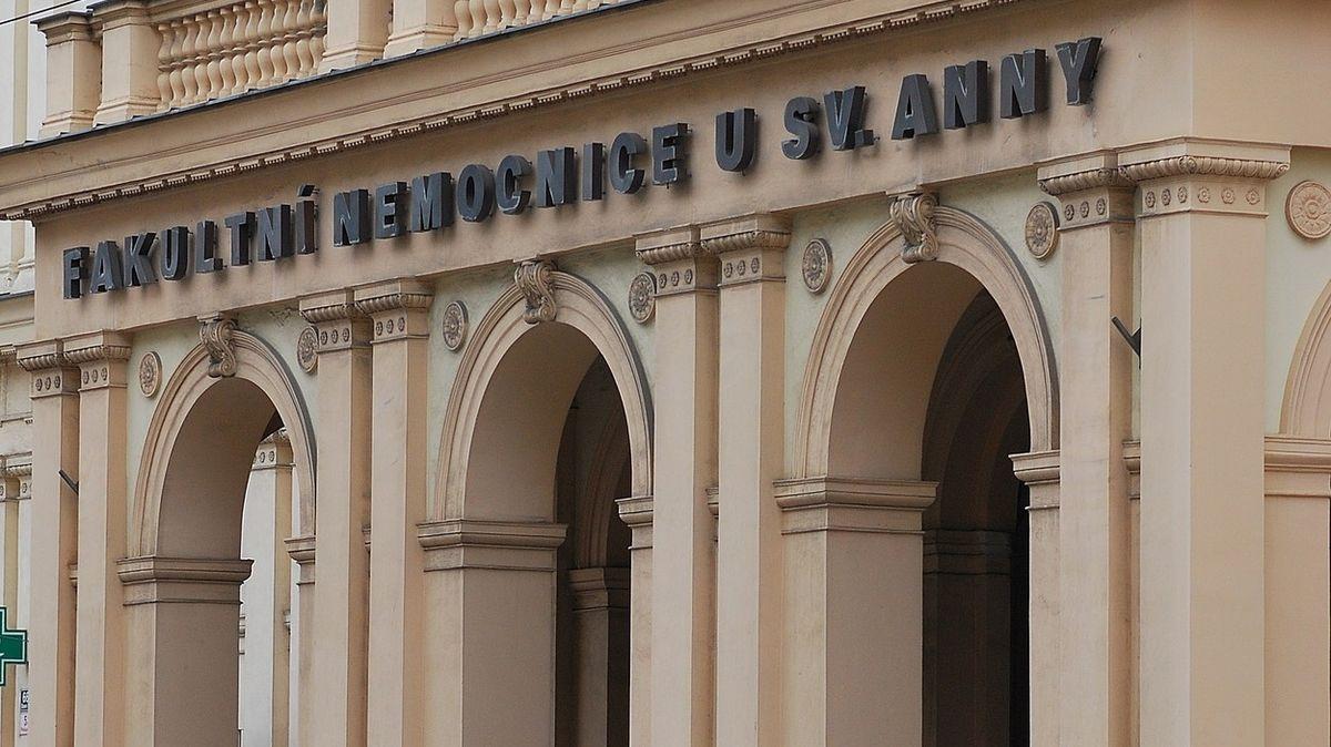 Muži se zapíchla kost v krku, lékaři v Brně ho museli operovat