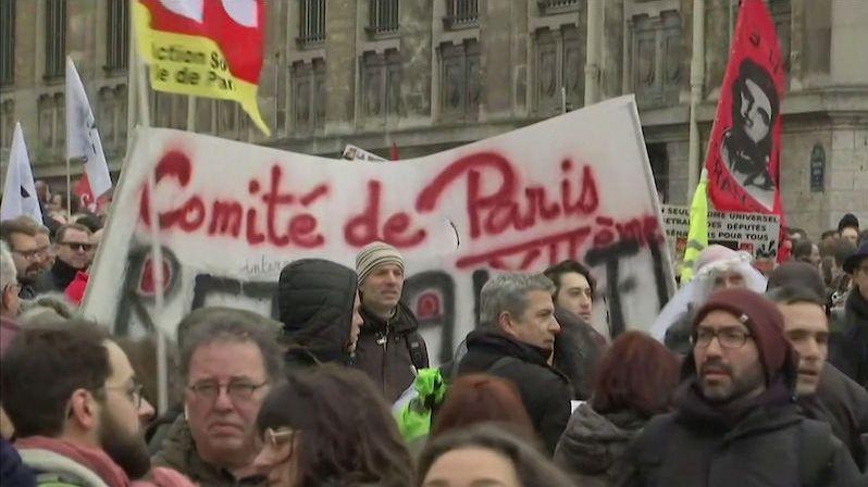 Pod tlakem protestů francouzská vláda ustupuje od tvrdé důchodové reformy