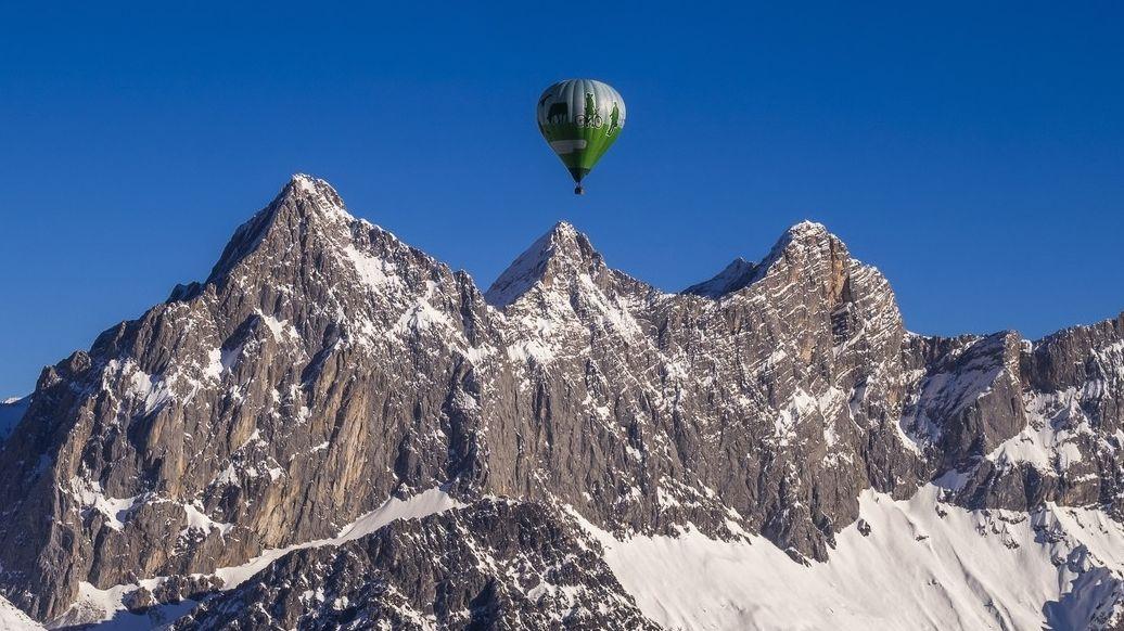 Balon nedokázal přeletět hřeben, nouzově přistál na rakouské sjezdovce