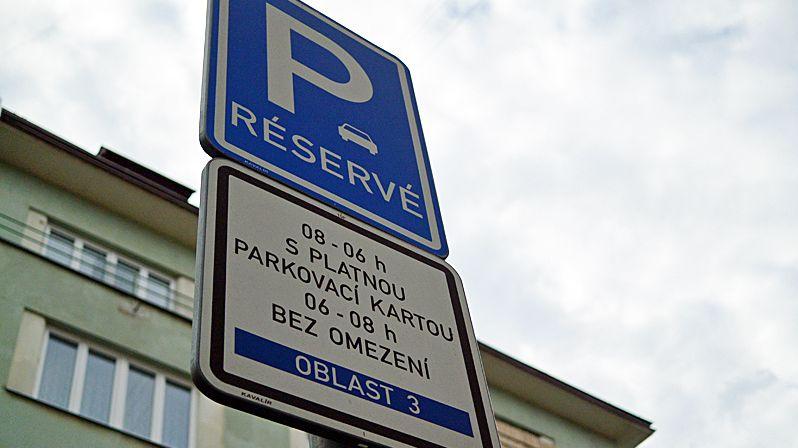 Je parkování důležitější než veřejný pořádek? Pražští strážníci budou víc hlídat auta