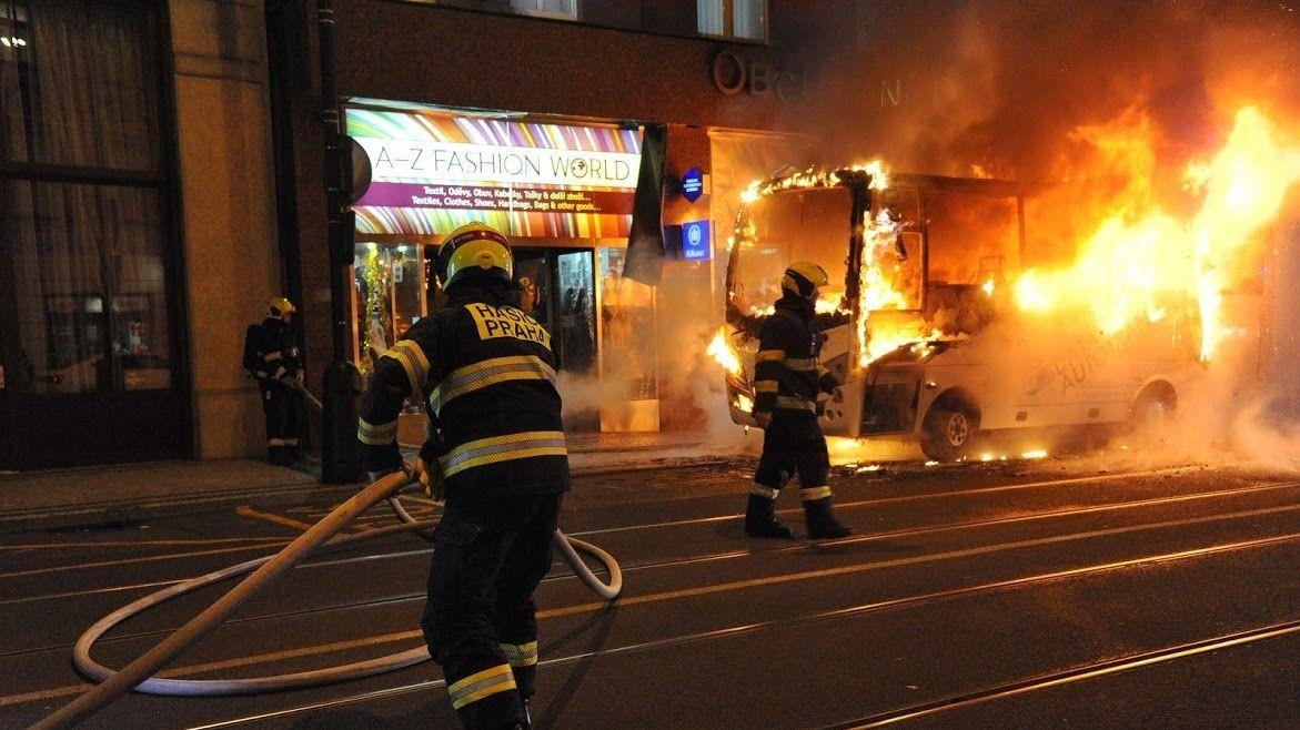 V centru Prahy shořel autobus, nikdo nebyl zraněn