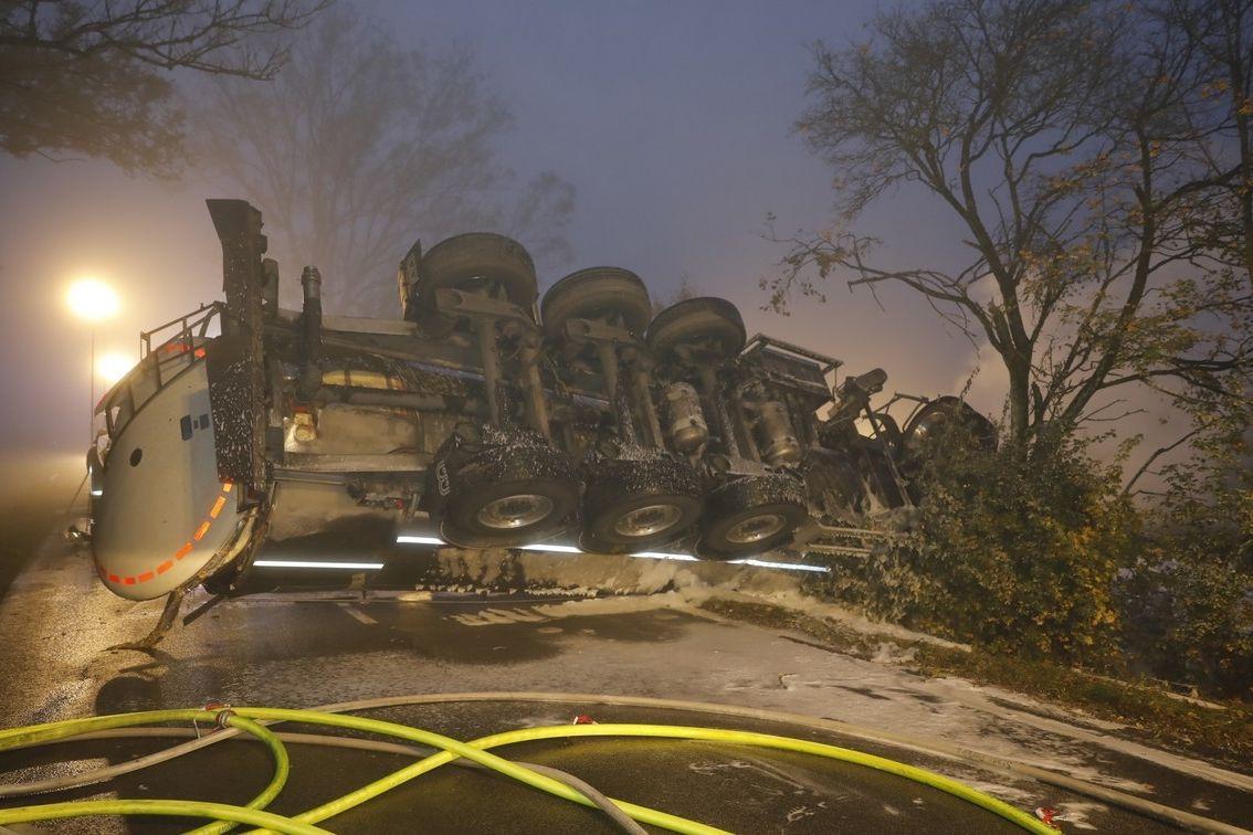 Nehoda cisterny s mlékem, při níž zahynul český řidič.