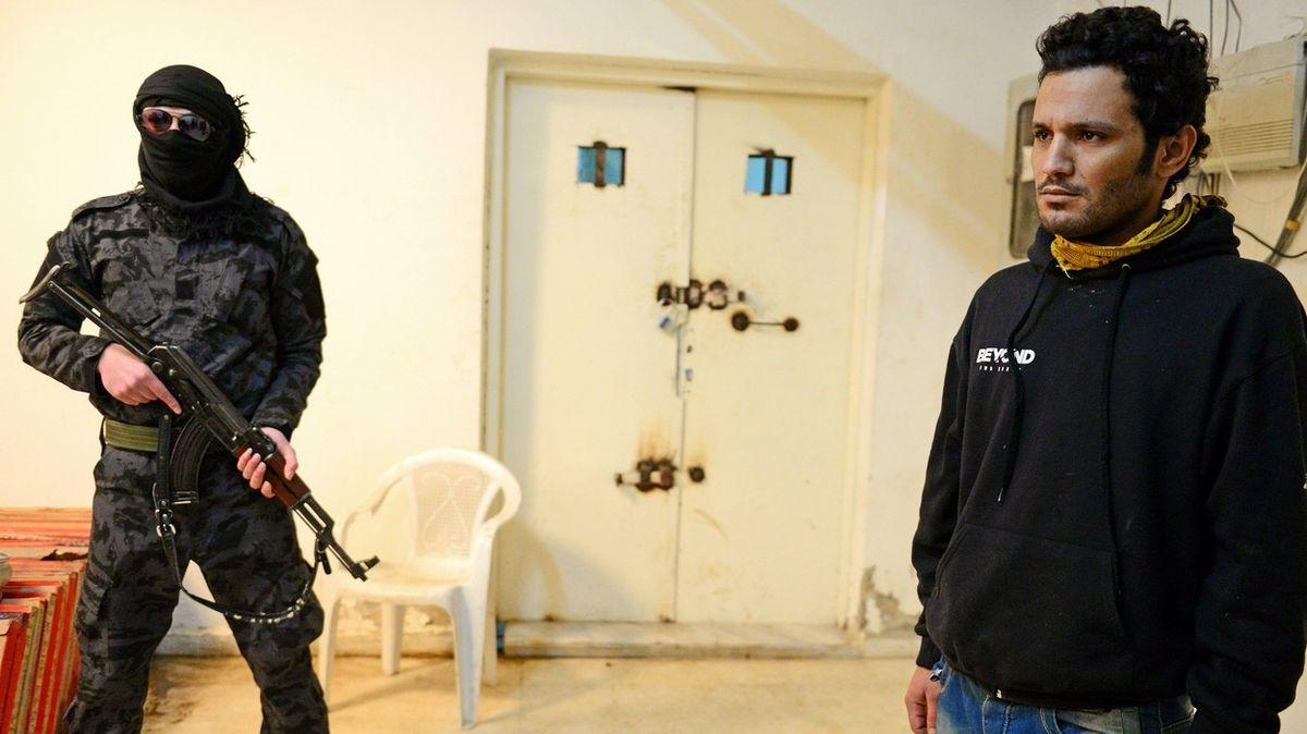 Těly je zaplněn každý centimetr podlahy. Věznice pro členy Islámského státu v Sýrii praská ve švech