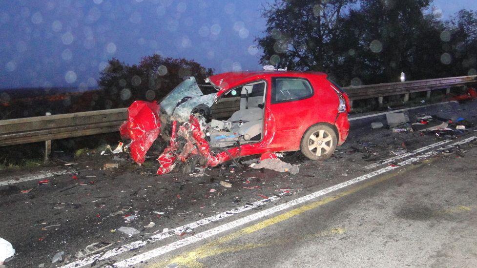 Ze zdemolovaného auta po nehodě na Hradecku vyprostili dva lidi. Jeden zemřel