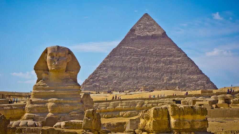 Muž vyšplhal na egyptskou pyramidu. Chtěl upozornit na požáry v Austrálii