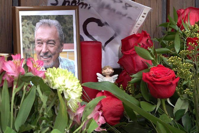 Květiny a svíčky u vily Karla Gotta na Bertramce