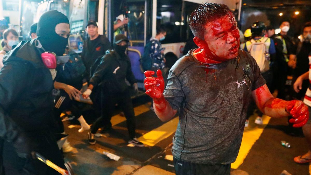 Policista v Hongkongu srážel demonstranty jako kuželky
