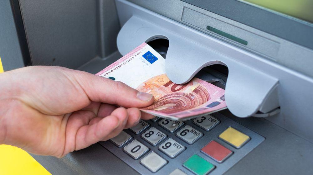 Bankomat vydával dvojnásobky zadané částky, policie musela rozehnat desítky lidí