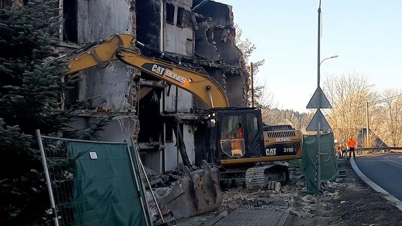 Bagr začal demolovat v Lenoře dům po výbuchu