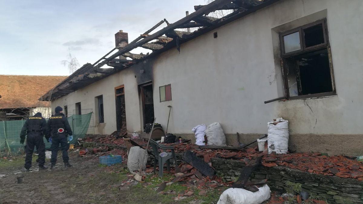 Po požáru domu na Pardubicku našli hasiči dva mrtvé