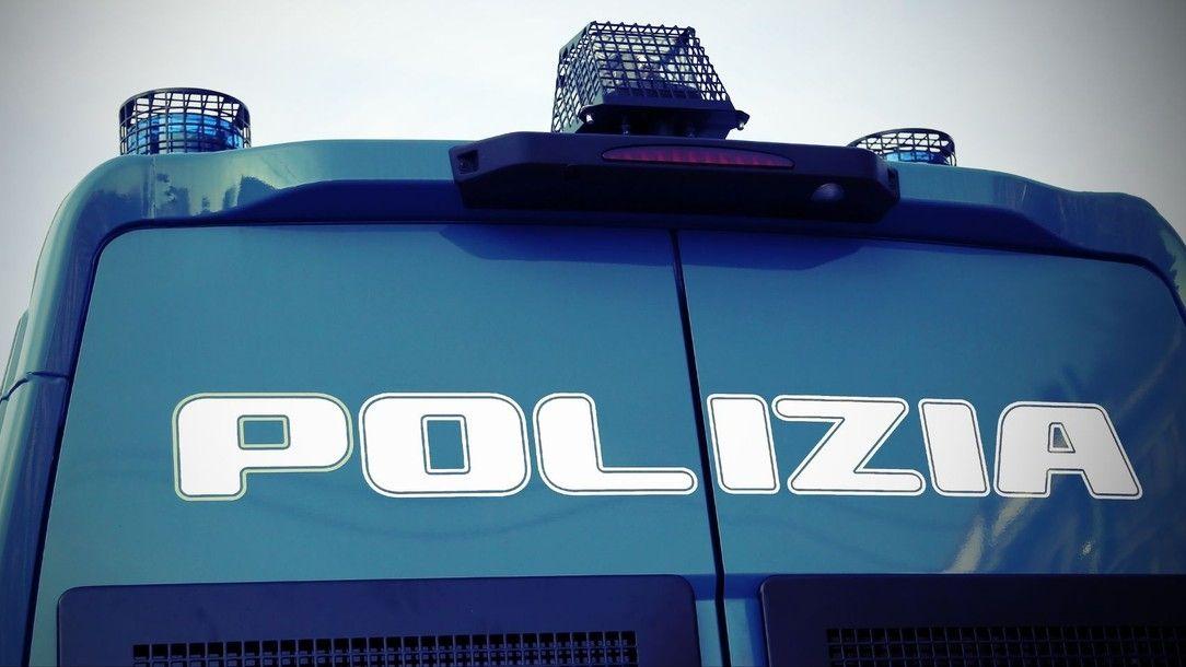 Lupiči chtěli u Milána zastavit opancéřovaný vůz hořícími auty a hřebíky, řidič je převezl