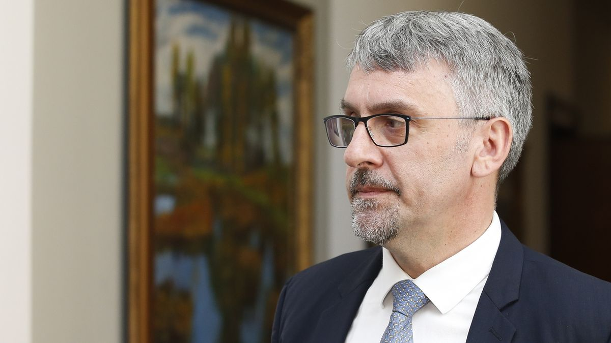 Ministr obrany Metnar hrozí demisí, když se sníží vojenský rozpočet