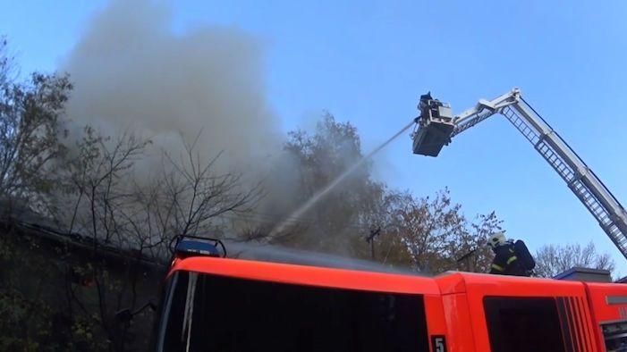 Odpadky od sklepa na půdu: Plameny pohltily dům v Ostravě