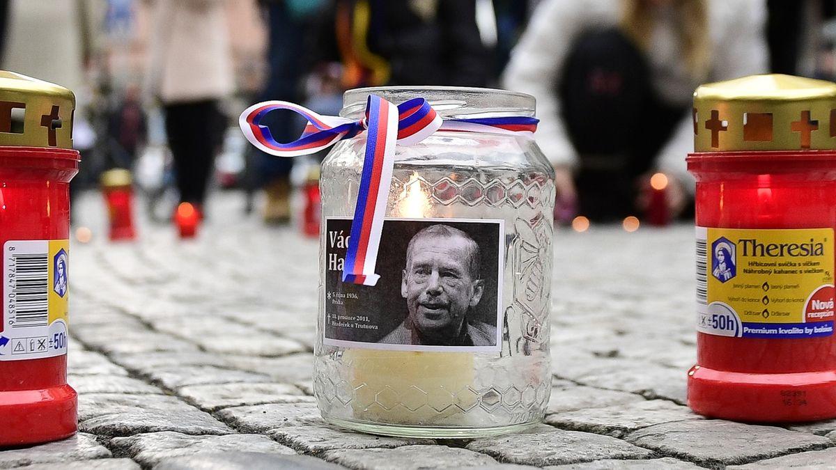 Pochod, pamětní deska, Zemanův věnec. Lidé si připomněli Václava Havla