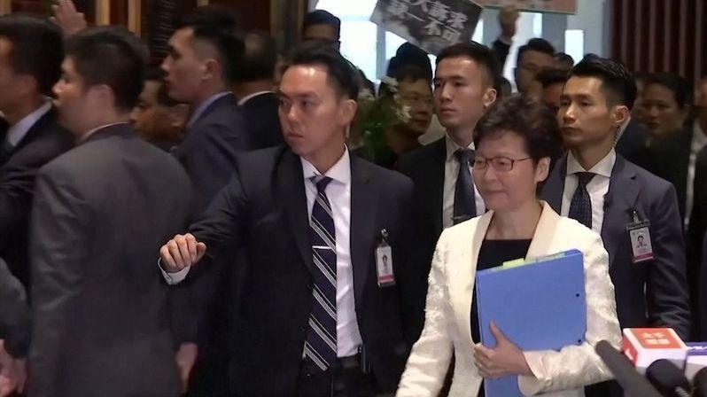 Správkyni Hongkongu opět vypudili z parlamentu