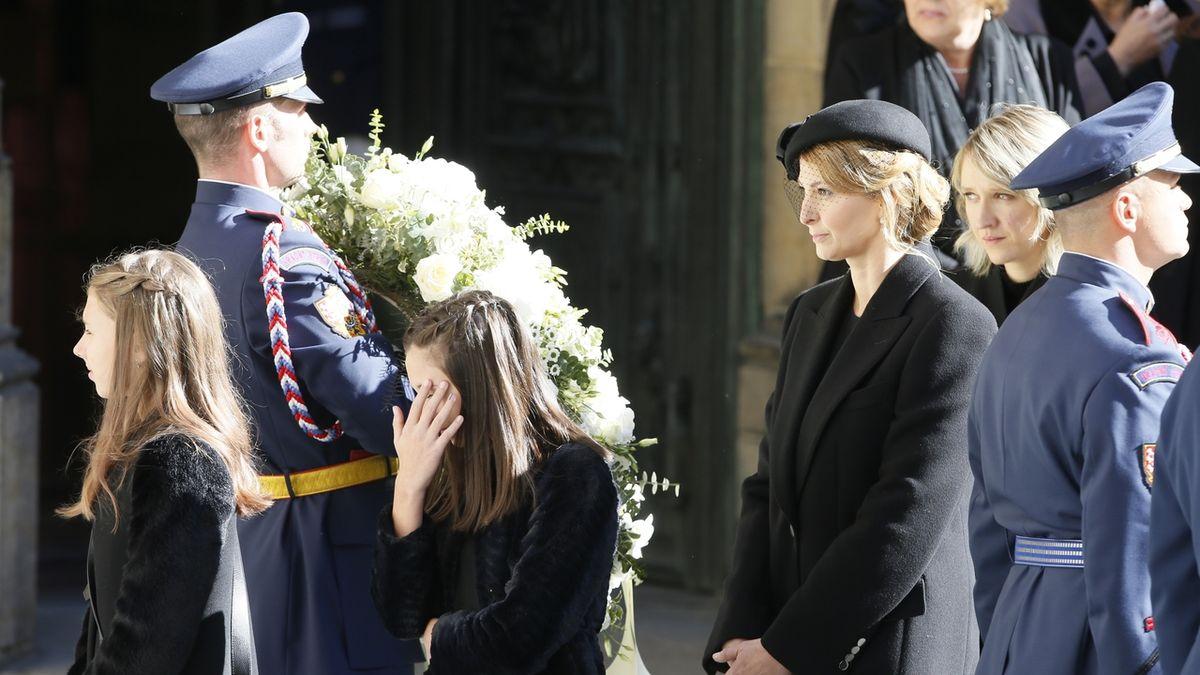 Dcery Karla Gotta Nelly Sofie a Charlotte Ella a vdova Ivana po skončení obřadu.