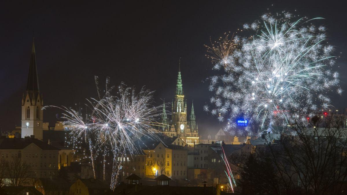 Opilé děti, rvačky, napadení nožem. Tak se slavil příchod nového roku v Česku