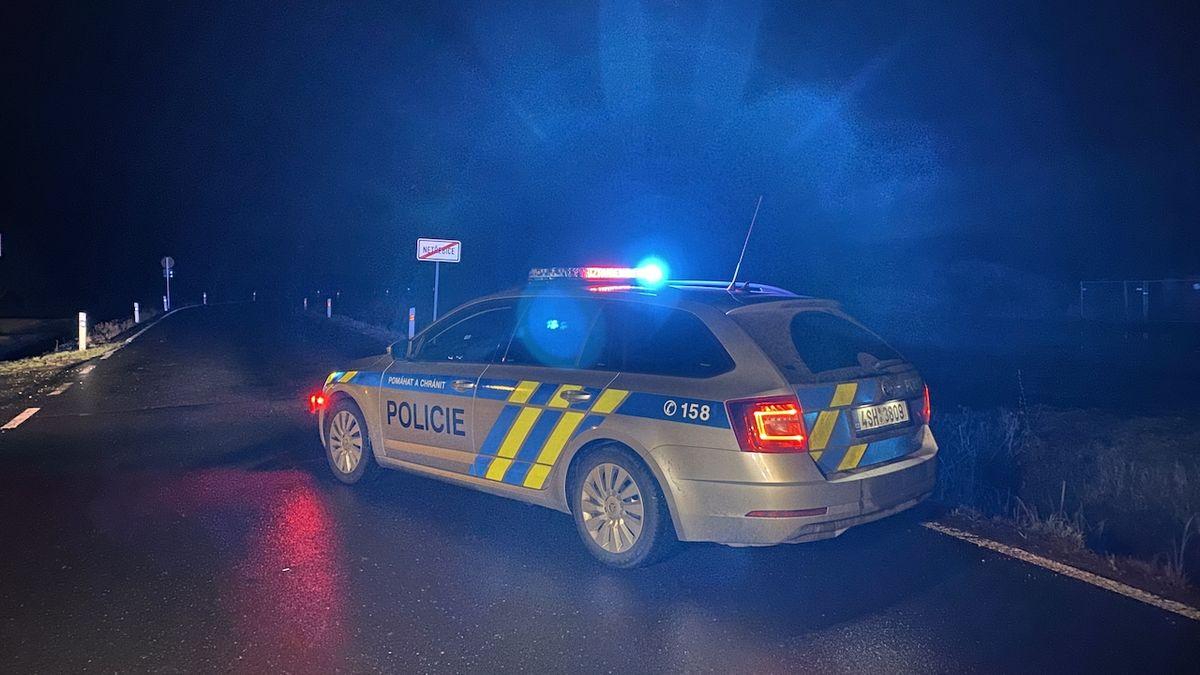 Na Nymbursku narazilo auto do stromu, jeden mrtvý