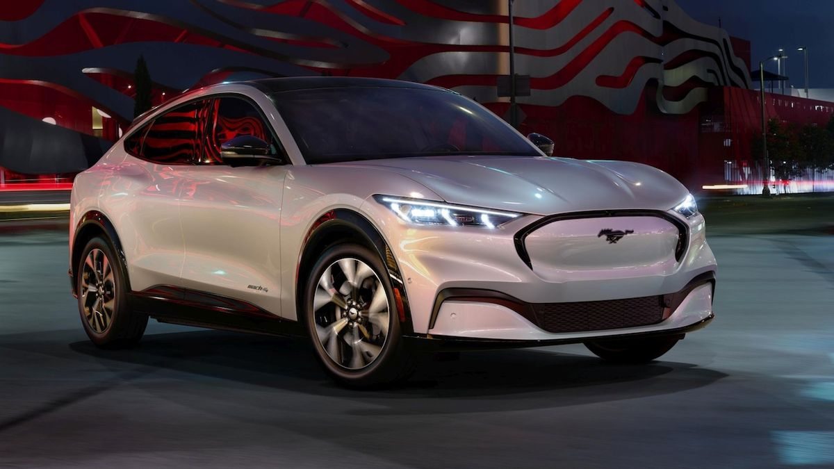 Fordovo řešení drahých elektromobilů? Mustang sdílí baterie s dodávkou