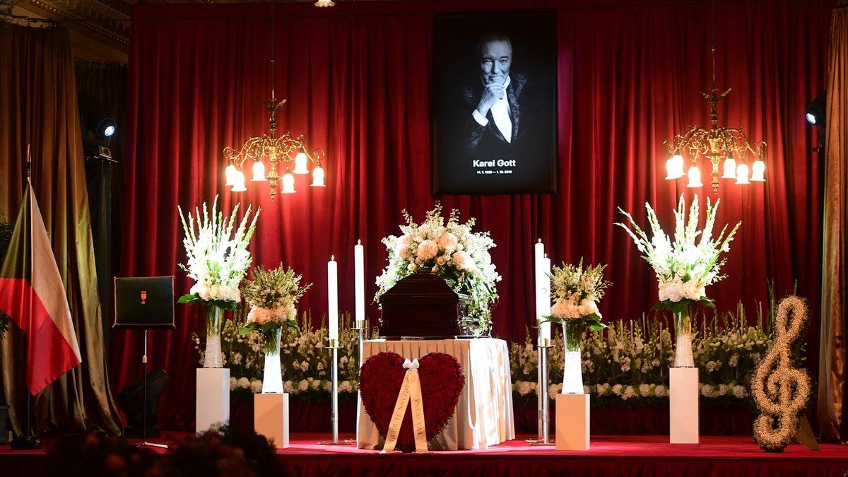 Rakev s ostatky Karla Gotta v pražském paláci Žofín. Zpěvák zemřel 1. října ve věku 80 let.