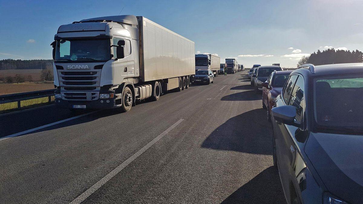 Že čeští řidiči neumějí záchranářskou uličku? Video dokazuje opak