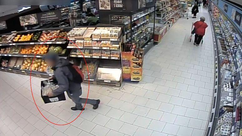 Pražská policie dopadla pistáciového fantoma. Nakradl 30 kilo oříšků