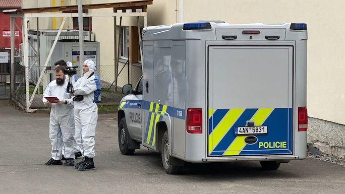 Kvůli vraždě v Kamenici u Prahy hledá policie dva podezřelé