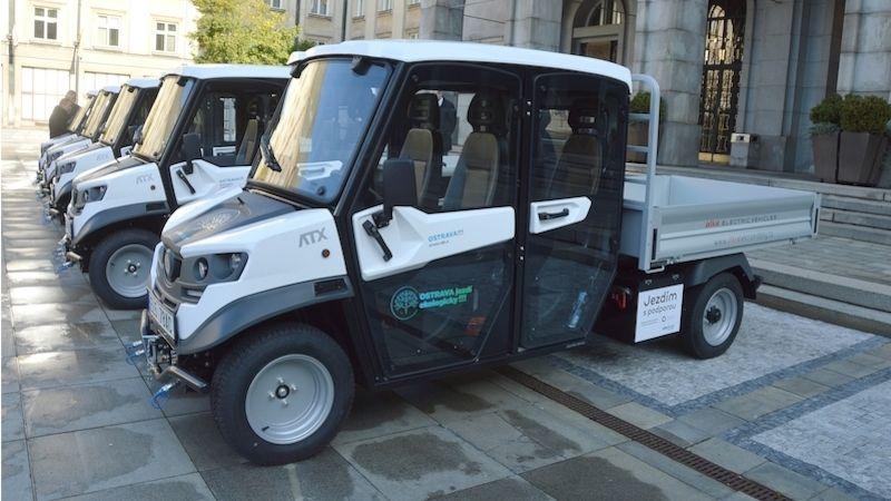 Zástupci pěti ostravských městských obvodů převzali nákladní elektro automobily
