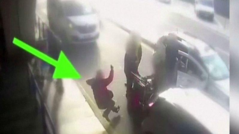 Chtěl po taxikáři, aby zapnul taxametr. Skončil se zlomeným nosem