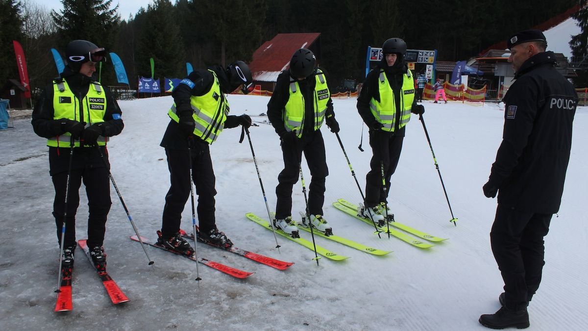 Policisté v Beskydech nazuli přezkáče a lyže. Prevence, ne represe, slibují