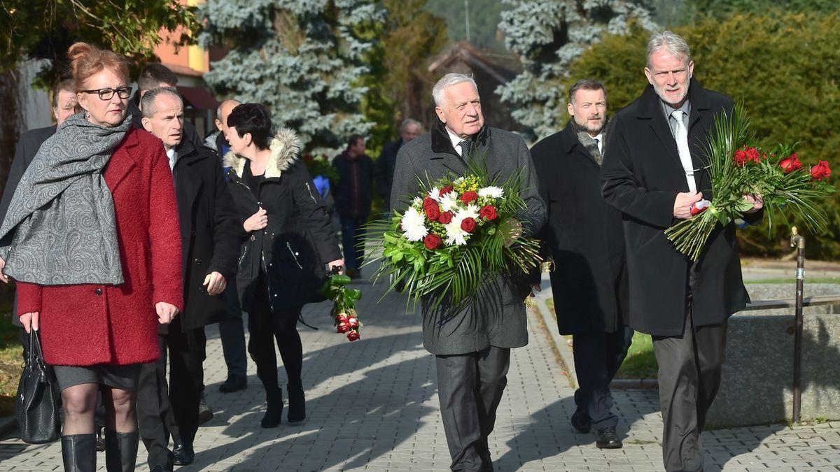 Lidé se rozloučili se zesnulým expremiérem Stráským. Dorazil i Klaus