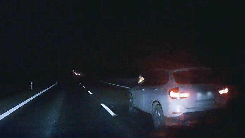 Řidič z BMW střílel na kodiaq, policie zveřejnila video