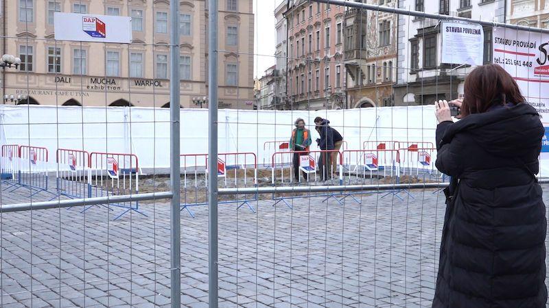 Další pokus o návrat mariánského sloupu na pražské náměstí. Dlažba už je dole