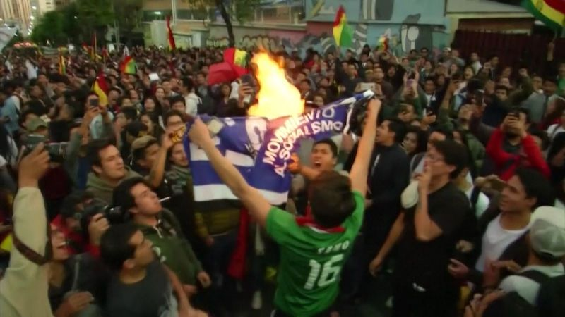 Morales vede v bolivijských prezidentských volbách, v ulicích propukly protesty