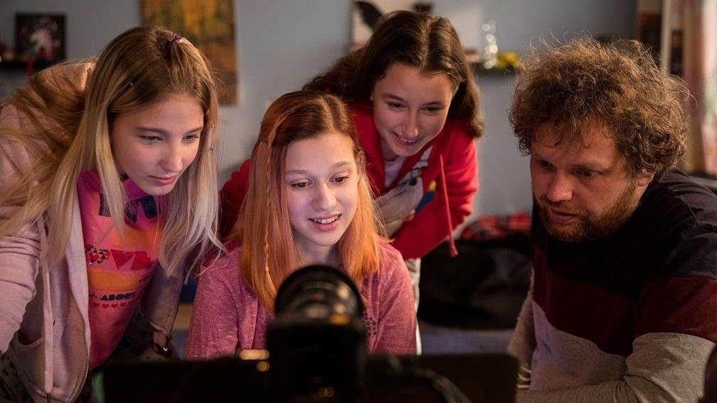 Tři dospělé herečky s dětskými rysy se vydaly na sociální sítě, aby prožily zkušenost dvanáctiletých dívek online. Na snímku s režisérem Vítem Klusákem.