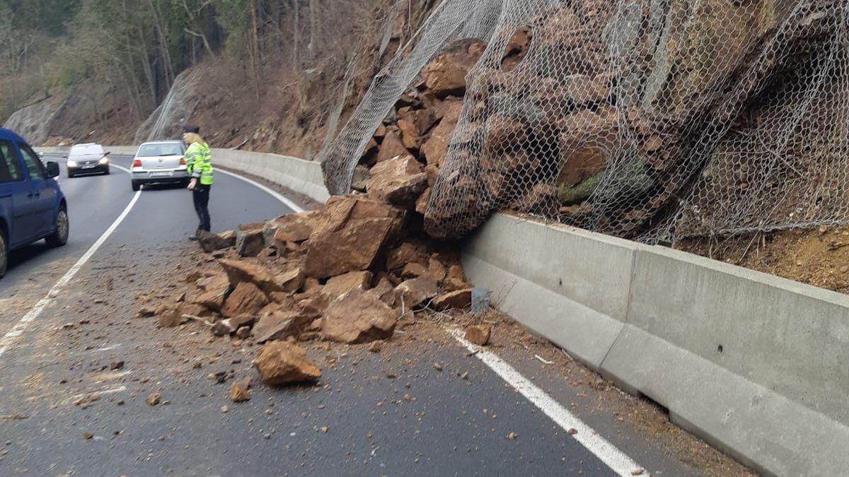 Na Karlovarsku se zřítila část skály na silnici