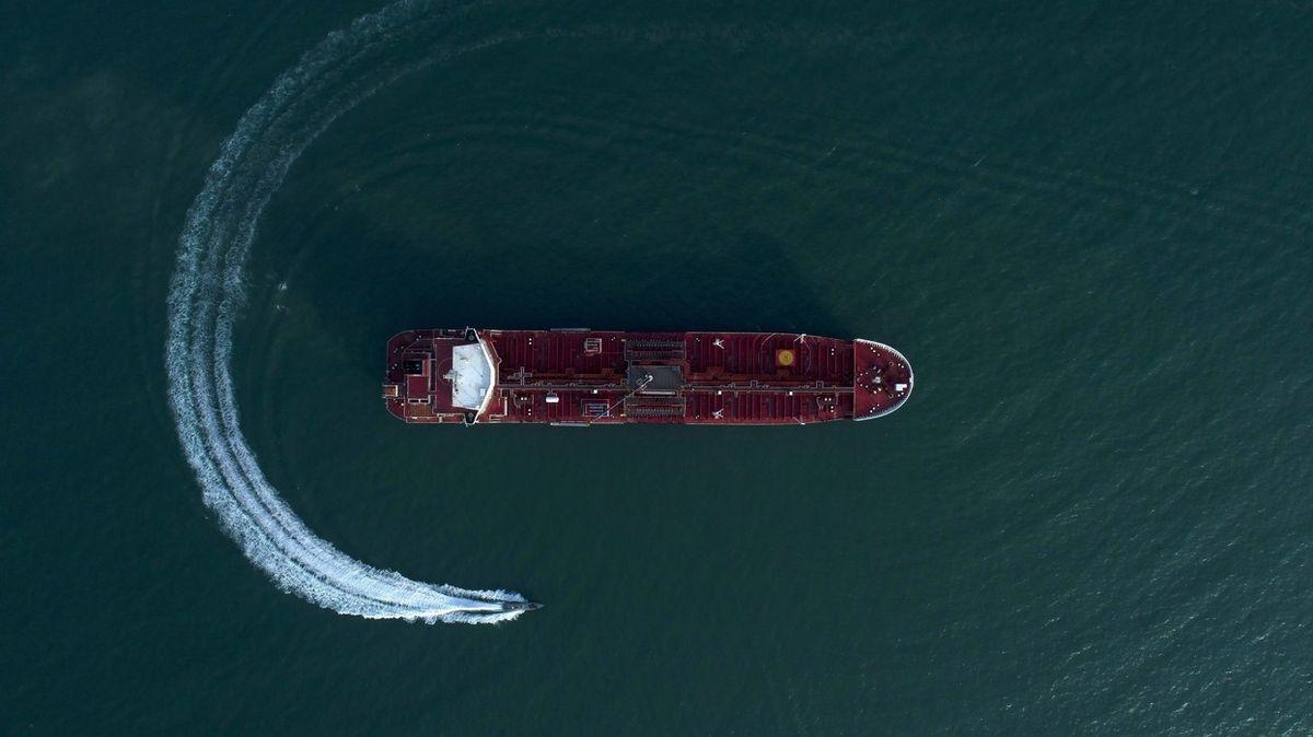 Íránským tankerem otřásly výbuchy, o zásahu raket už ale majitel nemluví
