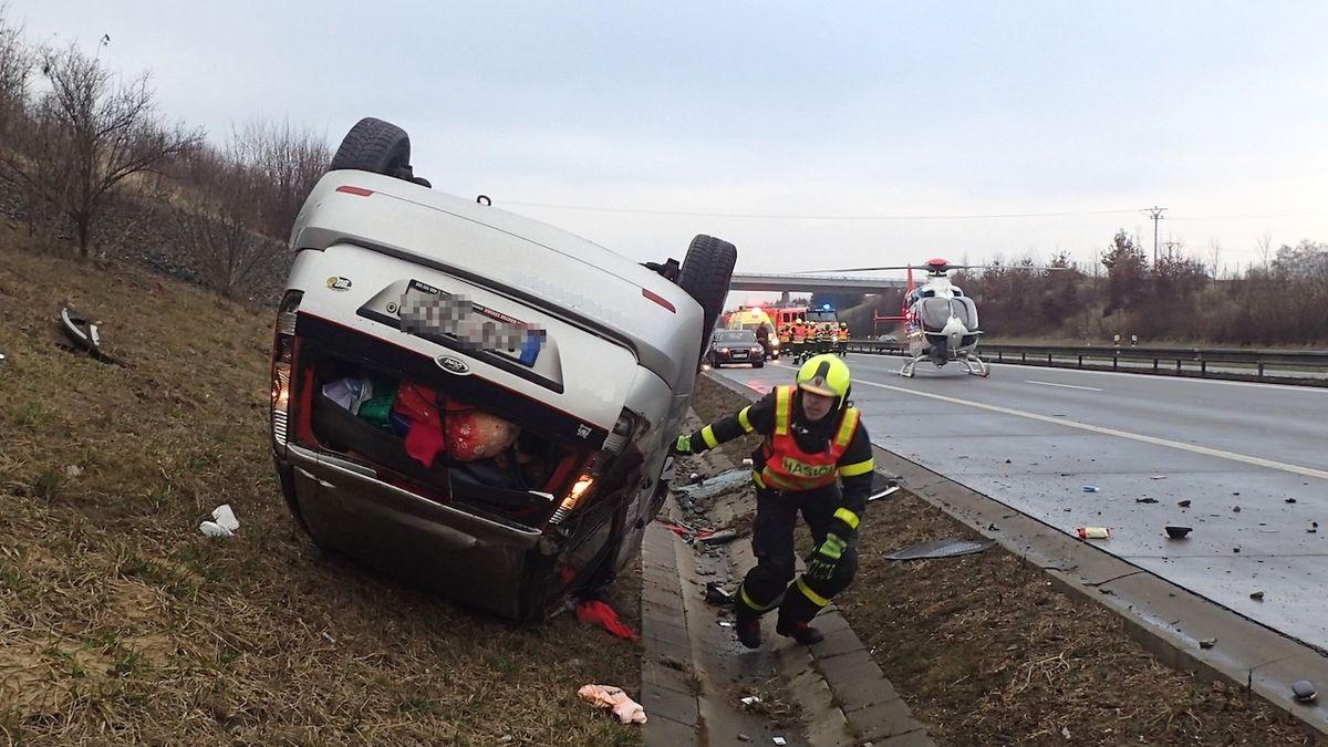 Po nehodě na D1 skončilo auto na střeše