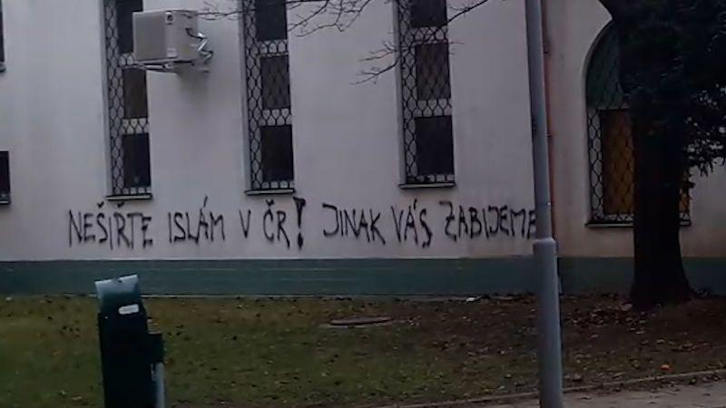 Nešiřte islám v ČR! Jinak vás zabijeme, objevilo se na mešitě v Brně