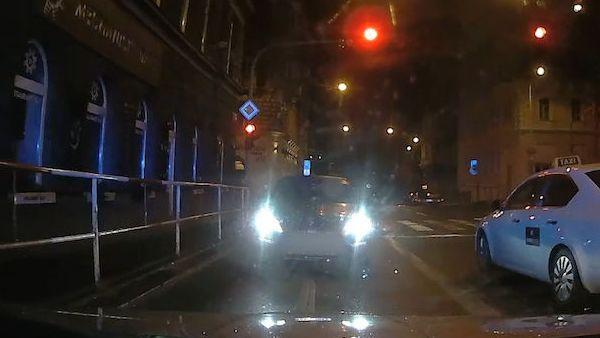 Policistům v centru Prahy jelo naproti auto v protisměru. Řidič však nezastavil
