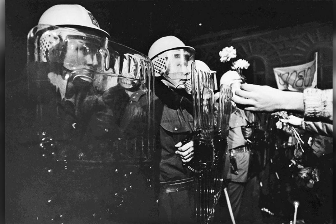 Výstava ukazuje uzlové body naší novodobé historie (Pavel Štecha, Národní třída, 1989). Foto katalog výstavy