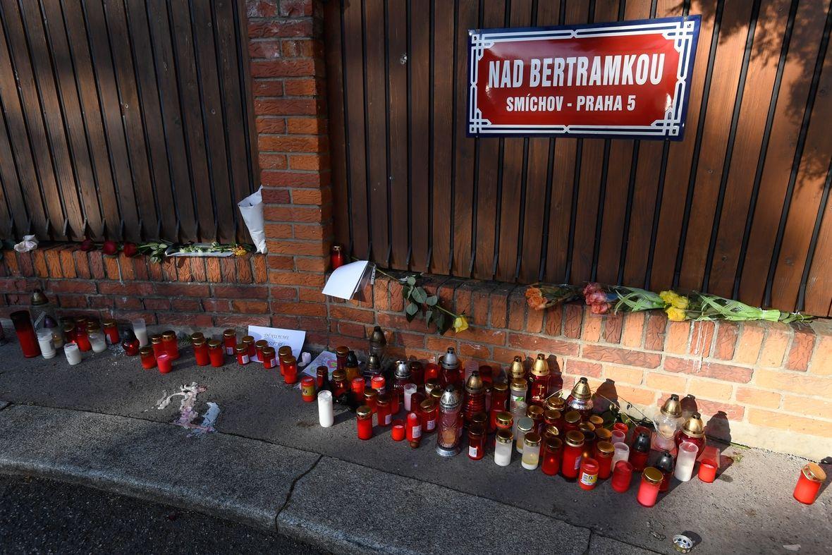 Svíčky a květiny před vilou zesnulého zpěváka Karla Gotta na Bertramce v Praze