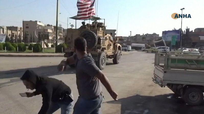 Táhněte, vy lháři! Kurdové metali na stahující se Američany kamení