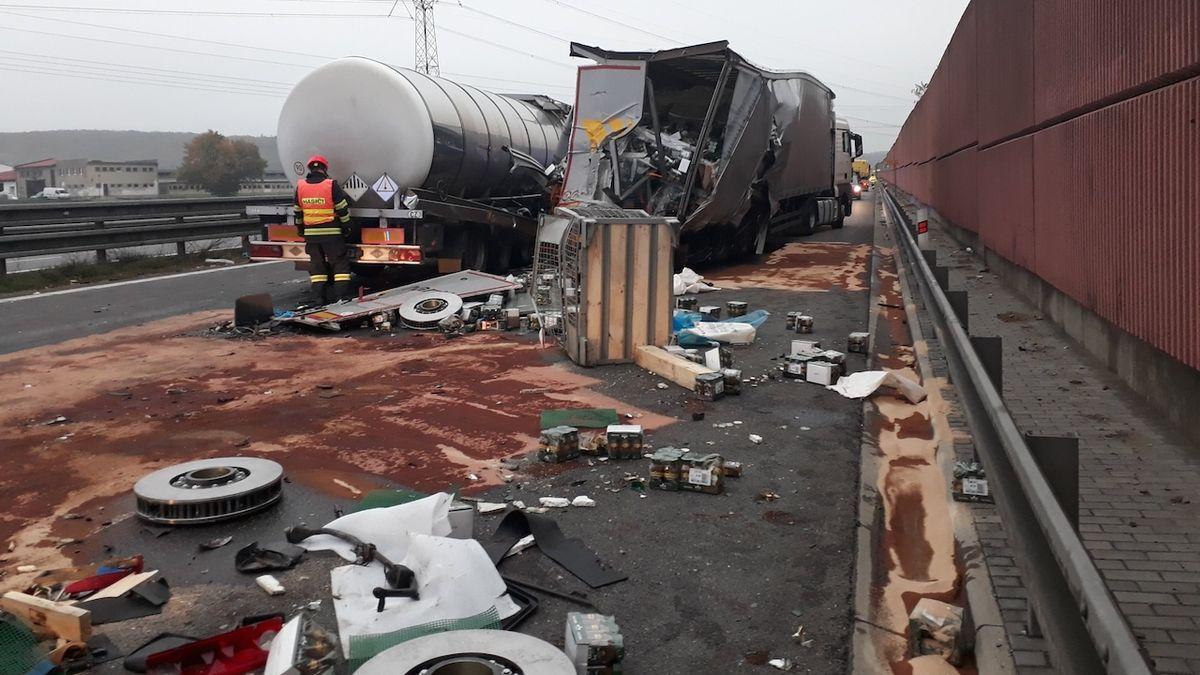 Na D1 se srazila cisterna s kamionem. Dálnice byla uzavřena