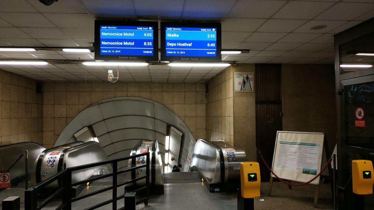 Konec dobíhání na metro. Pět pražských stanic má konečně informační obrazovky