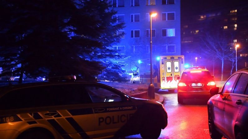 Policie vyšetřuje pobodání dvou mladíků na pražských Roztylech