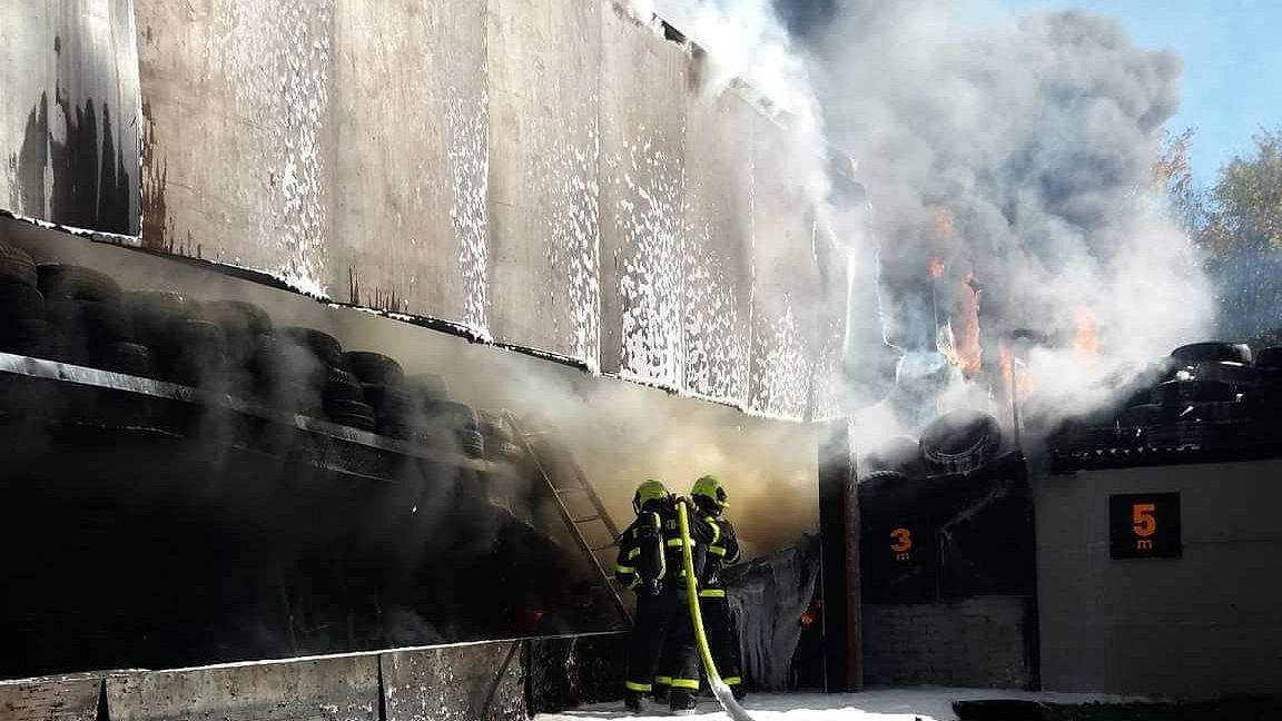 Na třinecké střelnici hořely pneumatiky, dým se valil do širokého okolí