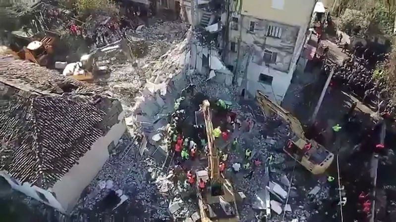 Letecké záběry: Záchranáři v Albánii našli další mrtvé, zemětřesení má už 40 obětí
